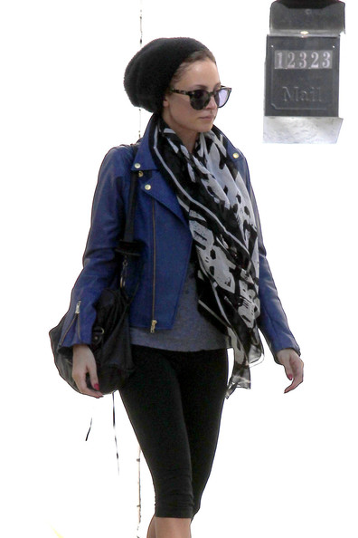 More Pics of Nicole Richie Patterned Scarf (1 of 8) - Nicole Richie Lookbook - StyleBistro