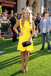 Olivia paired her cheery yellow sundress with a sleek black leather clutch to sheer perfection.