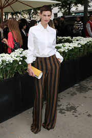 Saskia looked totally sleek and sophisticated in this white, point-collar button down and striped trousers.