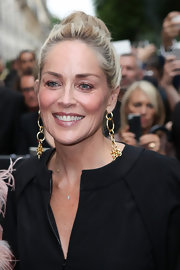 Sharon Stone looked totally natural and chic with a neutral eyeshadow and glowing lip color.