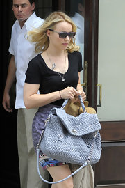 Rachel McAdams paired her casual ensemble with a lavender quilted shoulder bag.