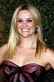 Reese Witherspoon paired her golden blond hair with diamond drop earrings.