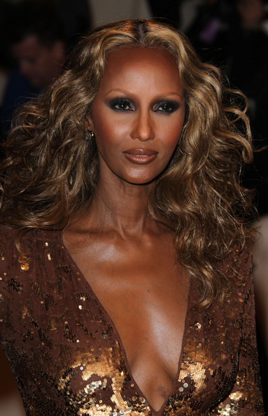 Iman contrasted her beautiful bronzed skin with a smoldering smoky eye.