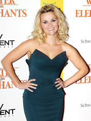 Reese Witherspoon styled her shoulder length curls in a voluminous hairstyle full of curls. She pinned her bangs back to give her hair some shape.