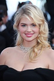 Kate Upton wore a lovely potent pink shade of lipstick along with metallic golden highlights created with velvety shadow.