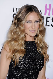 Sarah Jessica Parker wore pale, sparkly eye shadow to the premiere of 'I Don't Know How She Does It'. To duplicate her look, try sweeping a soft blue or lavender eyeshadow with a shimmering finish across lids.