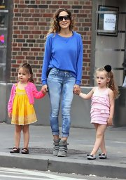 SJP's slouchy sweatshirt looked totally comfy and stylish while the star was spotted walking her daughters to school.