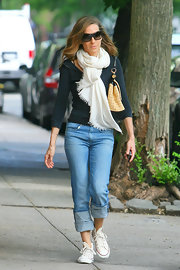 The style star dressed down and brightened her look with an ivory pashmina.