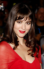 Mary Elizabeth Winstead created a dramatic look with retro eyeliner and vibrant red lips at the premiere of 'The Thing'.