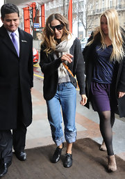 Sarah Jessica Parker kept things casual in rolled up boyfriend jeans and a knit charcoal cardi.
