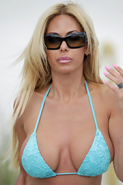Shauna Sand covered up with a pair of rectangular sunnies while enjoying a day at the beach.