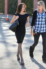 Teri showed off her trim figure in a body-skimming, black sheath dress with capped sleeves and a ruched waistline.