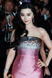 Long loose waves gave Fan Bingbing a regal and effortlessly chic look on the red carpet.