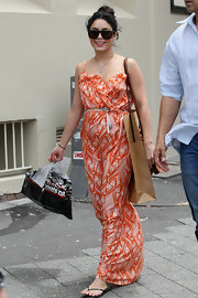 Vanessa topped off her flowy maxi dress with casual flip flops.