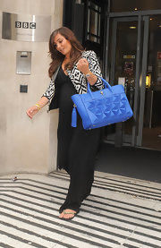 Frankie added a pop of color to her black and white look when she carried this blue carryall.