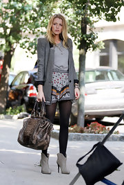 Blake Lively prepared for her scenes on set wearing a gorgeous Brown python with Caiman crocodile detail. The perfect eye catching accessory for any 'Gossip Girl'.