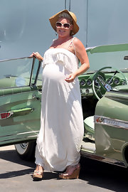 Pink was glowing in a white summery maternity dress while out for lunch with friends.