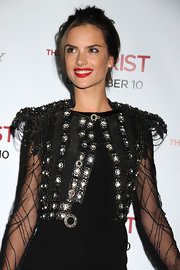 Alessandra Ambrosio made a statement on the red carpet with bold red lips. She wisely opted for an otherwise natural look. Smart choice!
