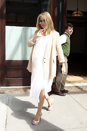 Kate Hudson paired her flowy white maternity dress with tie-dye blush Banana peep-toes.