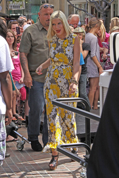 More Pics of Tori Spelling Mid-Length Bob (1 of 15) - Tori Spelling Lookbook - StyleBistro