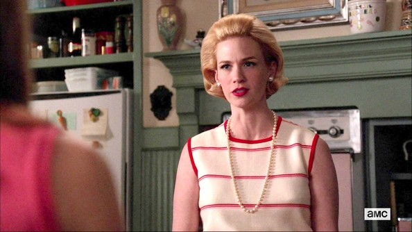 January Jones wore a classic pearl necklace in this 'Mad Men' scene.